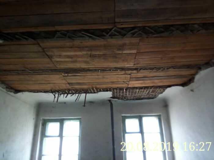 После обрушения потолка над лестничной площадке