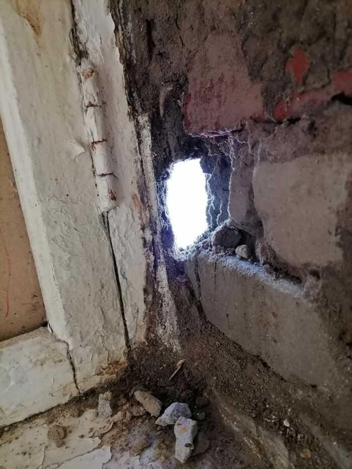 сквозная дыра в стене(на сегодняшний день,отверстие в раз больше)